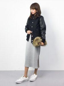 黒のごつめスタジャンときれいめスウェットスカートで女の子っぽさプラス