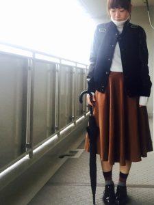 ミモレ丈のスカートとスタジャンで女の子らしく
