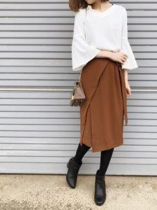 初デートはフレア袖の白トップスとキャメルのタイトスカートの大人っぽコーデで決まり