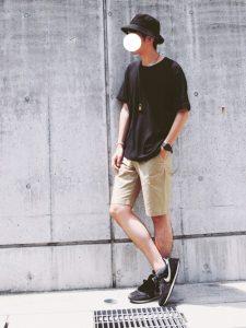真夏に着たいベージュハーフパンツと合わせる黒Tシャツコーデ
