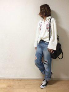 花柄刺繍入り袖がフレアで可愛い白シャツのカジュアルコーデ!