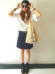 デニムスカートと黒小物でつくる女子高生の春夏コーデ!