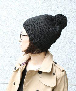 可愛いポンポン付きのニット帽は男子ウケ間違いなし!メガネと合わせてスマートに