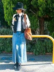 ロングデニムスカートとつば広ハットかっこよくきめて
