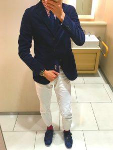 ネイビージャケットとスニーカーと白パンツで作りビジカジコーデ!