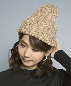 落ち着いたキャメルのニット帽はザックリニットに合わせてカジュアルに!前髪は2:8にわけて