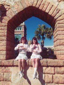 春らしいピンクトップスとホワイトスカート&スニーカーのふんわり双子お揃いコーデ!