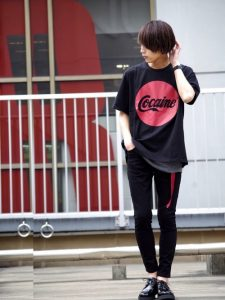 インパクト大なロゴいり黒Tシャツがアクセントな夏コーデ