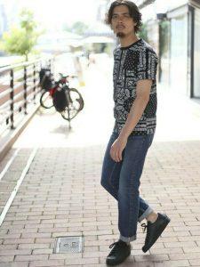 バンダナで同じみのペイズリー柄の黒Tシャツがかっこいい夏のメンズコーデ