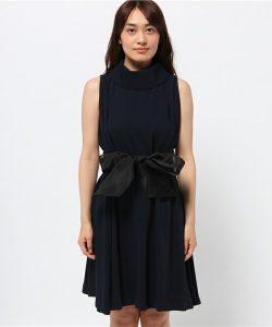ウエストマークのためのベルト一つですっきり女性らしいXラインの美しいシルエットに