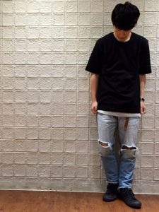 ブラックロングTシャツとクラッシュデニムコーデ