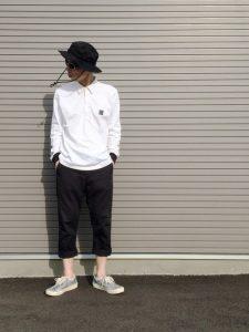 シンプル白シャツとブラックのブーニーハットとパンツのオシャレモダンコーデ