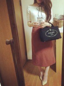 スエード素材のスカートと合わせたベージュパンプスコーデ