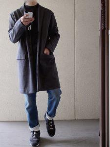 グレーのチェスターコートとゆったりジーパンでモダンな印象に!