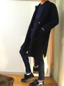 ブラックのチェスターコートと細身のジーパンできれいめスマートに!