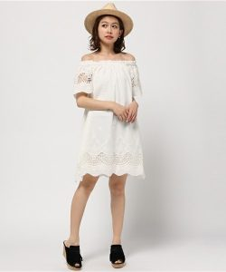 カジュアルフェミニンな透け感ある白のワンピースが可愛い♡