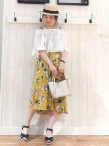 オフショルダーを花柄スカートにインしてブラウス代わりに!