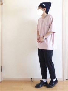 シャーベット色の淡いピンクTシャツが可愛いメンズコーデ!