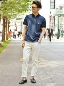 爽やかコーデの鉄板ネイビーポロシャツとホワイトパンツのクールビズコーデ