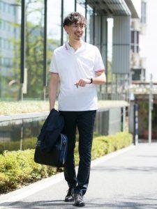 白のシンプルポロシャツとビジネスパンツのクールビズコーデ