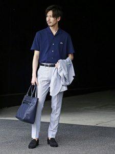 ライトグレーのセットアップとネイビーのポロシャツのクールビズコーデ