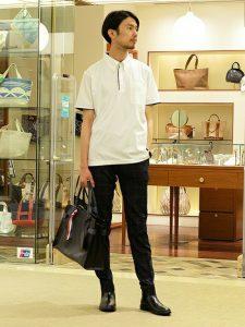 清潔感あるホワイトポロシャツとブラックスキニーのシンプルコーデ