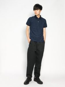 ネイビーのポロシャツとテーパードシルエットパンツのシンプルコーデ