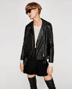 裾にベルトがついたカッコイイデザインのZARAのレザーテイストライダースジャケット