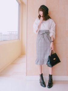 ホワイトブラウスとグレンチェックタイトスカートの10代女子秋冬コーデ!