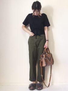 コルセット風Tシャツとカーキのベイカーパンツの10代女子秋冬コーデ!