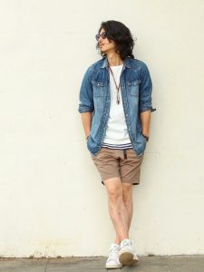 The beige short pants coordinates that are good to the active scene!