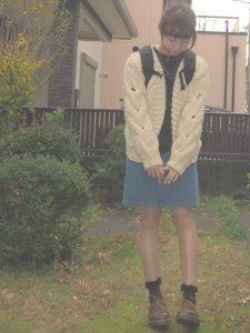 デニムスカートと鍵編みニットカーディガンの女子高生ファッション!