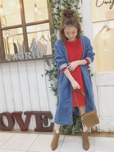 赤など鮮やかなカラーにロングデニムジャケットを羽織るとメリハリがでます!