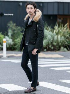 ミリタリーデザインでもオールブラックコーデならシックさがありローファーとも相性がいいです!