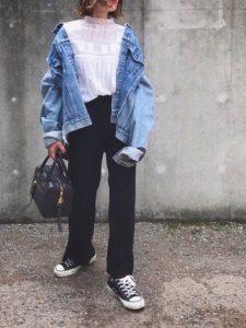 レースブラウスとブラックパンツのデニムジャケットを使った春コーデ!