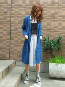淡いブルーのガウチョパンツとロングデニムジャケットできれいめカジュアルに!